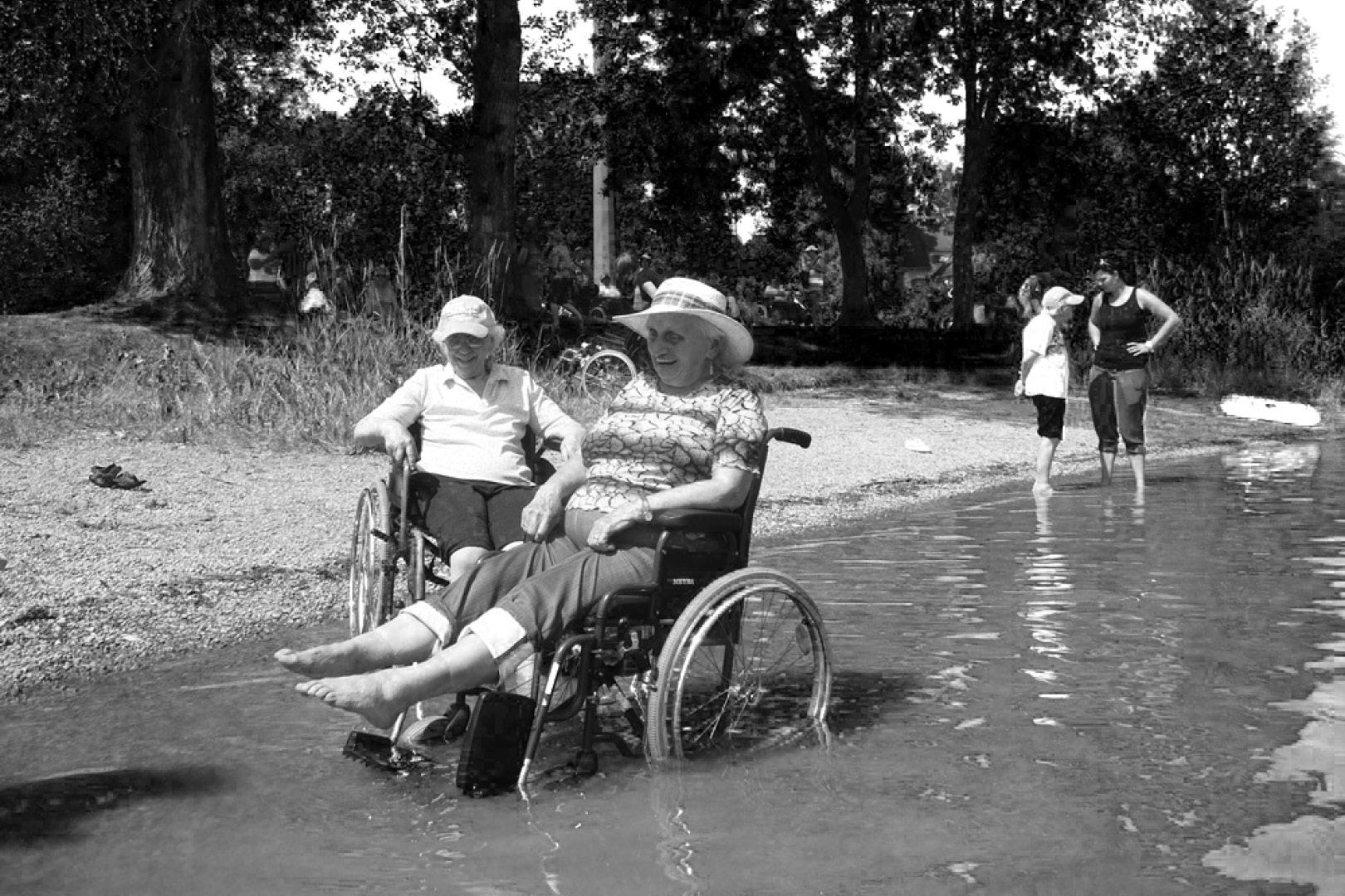 Retla - Senioren Rollstuhl im See